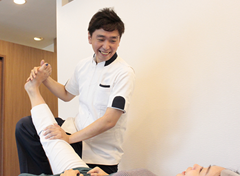 緑地公園アズ鍼灸整骨院の整体・姿勢改善骨格調整の施術写真