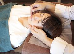 緑地公園アズ鍼灸整骨院の美容鍼の施術写真